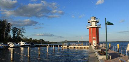 Blick auf Leuchtturm und See